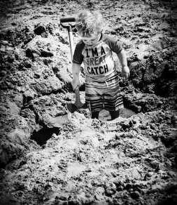 LITTLE-BOY-SHOVELING-SAND
